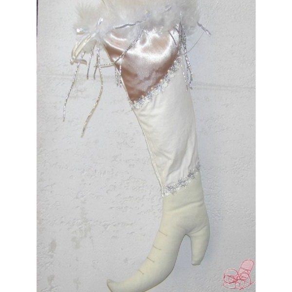 calza in velluto e raso colore panna con piume